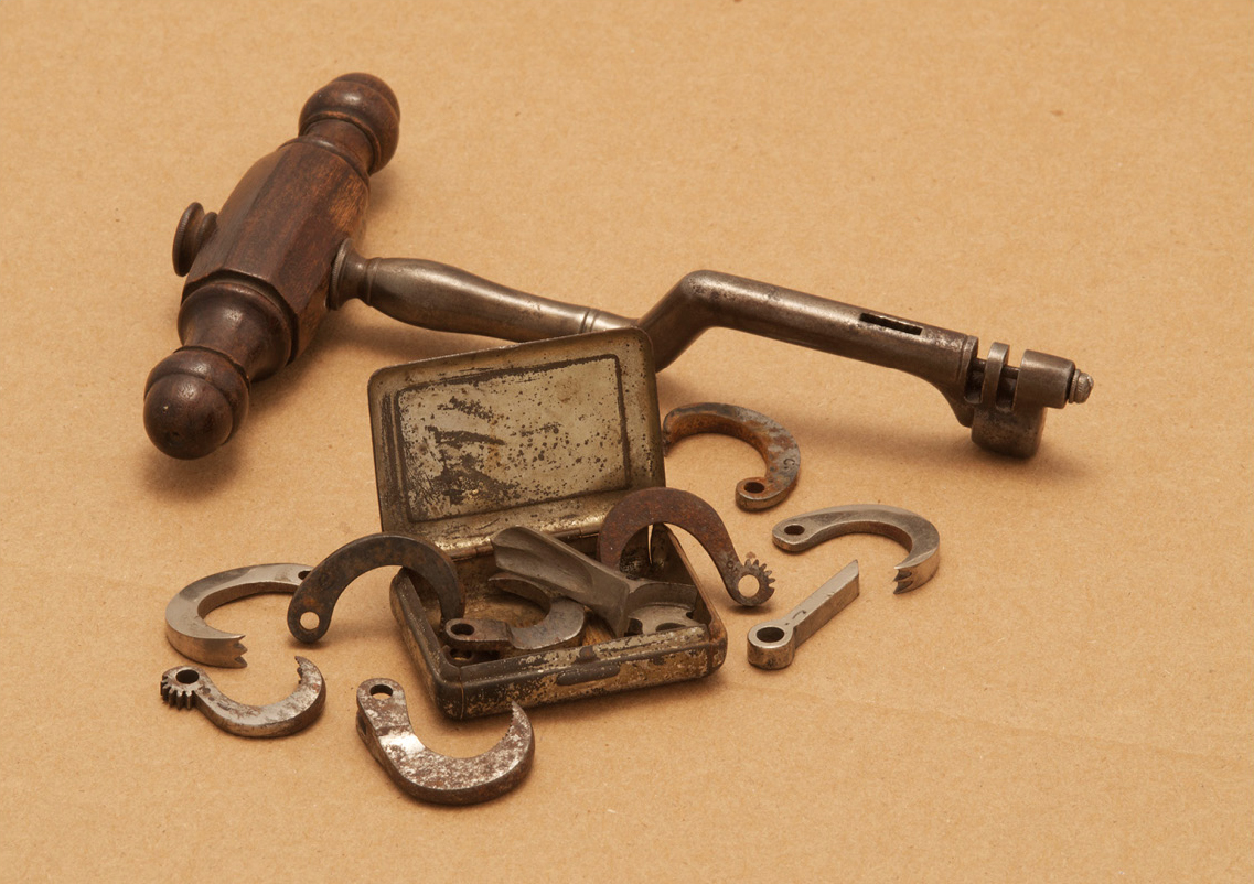 "Tooth extractor or ""toothkey"" with interchangeable ""claws"" (circa 1850)"
